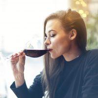 Šta se dešava vašoj koži kada konzumirate alkohol i kako da joj pomognete
