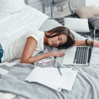 Kako previše vremena provedenog u krevetu šteti vašoj koži