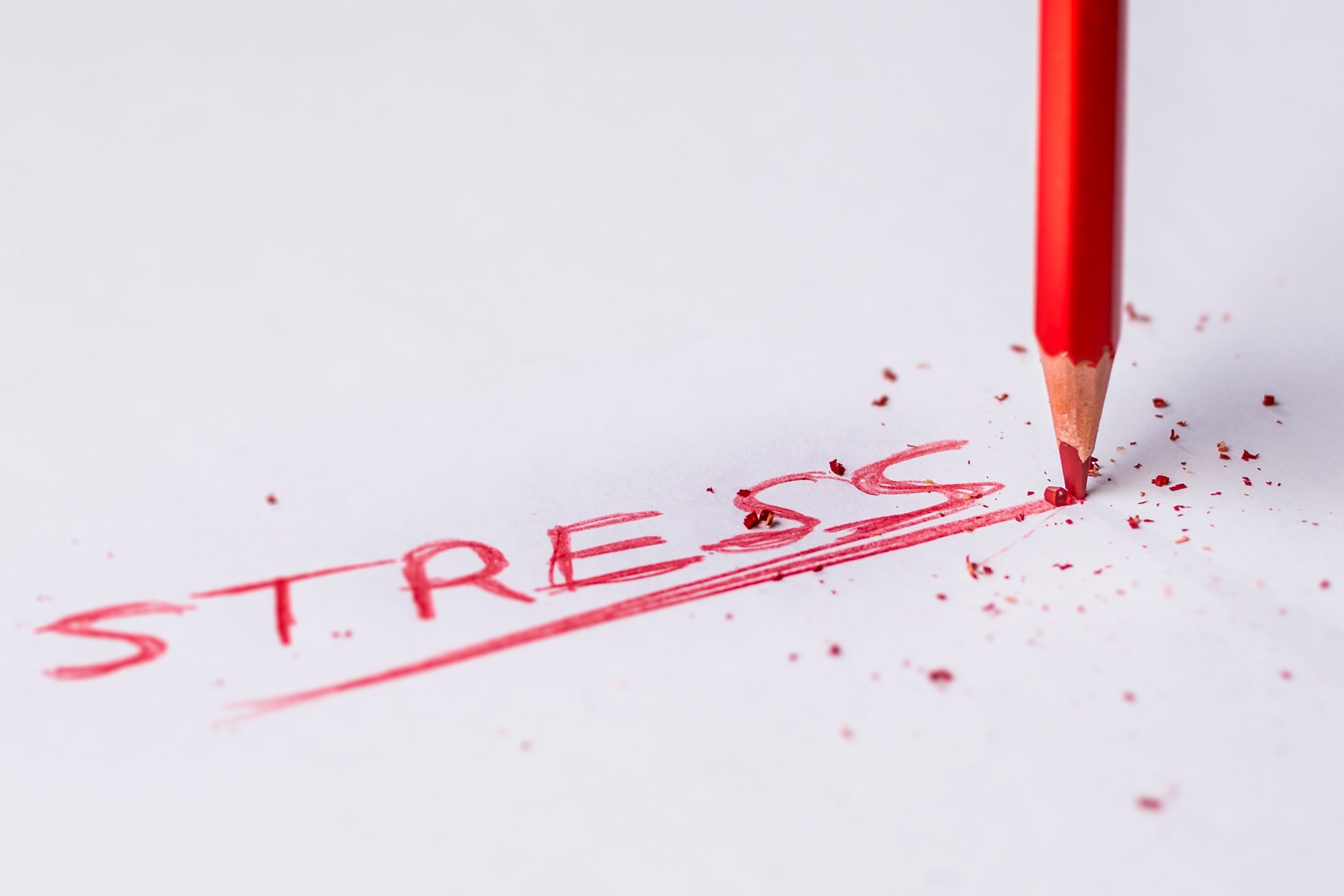 Reč stres napisana crvenom bojicom na beloj pozadini