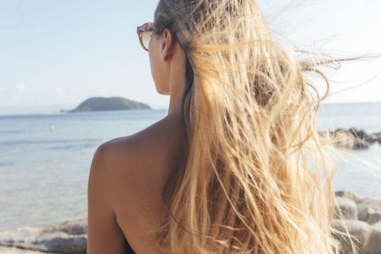 Žena sa dugom kosom na plaži